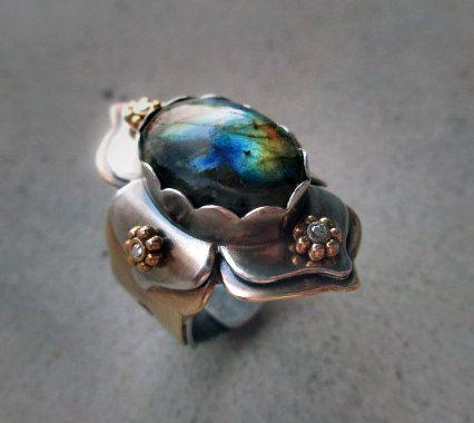 Lotus Ring with Labradorite Chakra Work por SilviasCreations