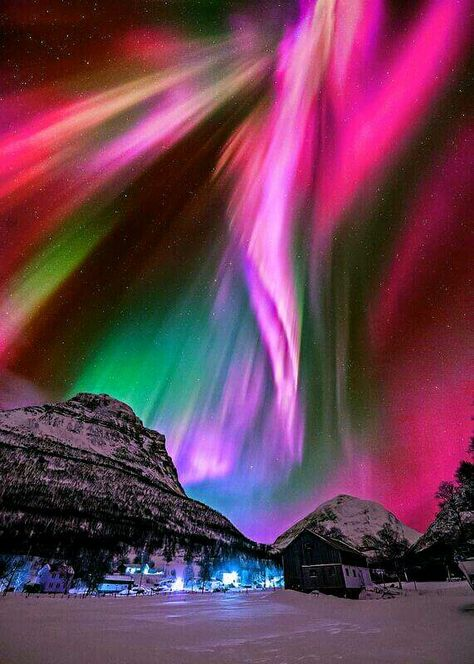 Aurora in Kitdalen, Norway. by Wyane Pinkston borealis Aurora, Norway Beautiful Sky, Beautiful Landscapes, Beautiful World, Northen Lights, Ciel Nocturne, Natural Phenomena, Science And Nature, Life Science, Amazing Nature