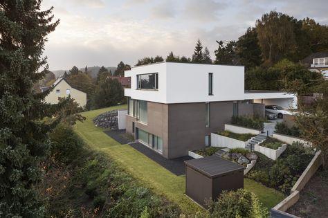 Panorama Bild einer exklusiv designten Außenanlage von Rheingrün. Verwendet wurden nur die hochwertigsten Materialien. Unten rechts im Bild ist ein Gartenhäuschen der Firma Biohort zu sehen. Moderne Architektur
