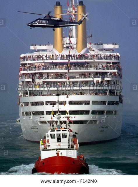 AJAXNETPHOTO - 30TH SEPT, 1997. SOUTHAMPTON, ENGLAND. - LINER GOODBYE - THOUSANDS OF WELL WISHERS ABOARD SMALL BOATS AND FERRIES ACCOMPANIED THE P&O LINER S.S.CANBERRA THE FINAL MILES OF HER LAST VOYAGE AS SHE SAILED INTO SOUTHAMPTON FOR THE LAST TIME. AFTER NEARLY FORTY YEARS OF SERVICE AS A PASSENGER CRUISE LINER AND TROOP SHIP, SHE HAS BEEN SOLD FOR SCRAP. PHOTO:JONATHAN EASTLAND/AJAX. REF:973009 Stock Photo