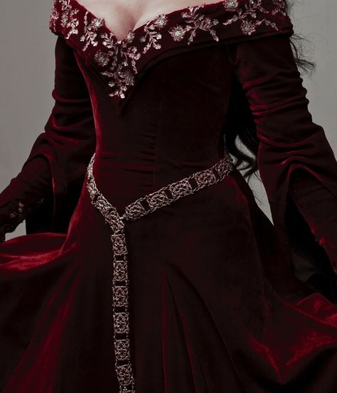 Image discovered by ˢᵒᵖʰᶤᵉ. Find images and videos about dress, red and Queen on We Heart It - the app to get lost in what you love. Moda Medieval, Medieval Dress, Medieval Fashion, Renaissance Gown, Queen Aesthetic, Red Aesthetic, Aesthetic Grunge, Yennefer Of Vengerberg, Red Images