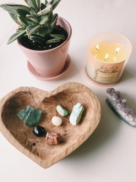 12 Essential Feng Shui Decorating Tips Coming home shouldn't cause more stress or anxiety. Instead, coming home should help reduce the affects of the hustle and bustle of our daily lives. Feng Shui, Meditation Corner, Meditation Space, Meditation Room Decor, Crystals And Gemstones, Stones And Crystals, Crystals For Healing, Blue Crystals, Crystal Healing