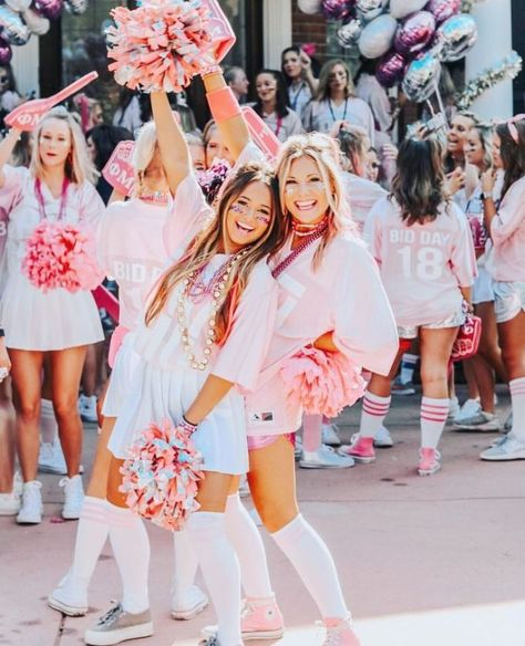 Rush week can be stressful, but with this guide for all things potential new members, we'll have you getting the most points for your sorority in no time! Sorority Bid Day, College Sorority, Sorority Sisters, Sorority Life, Sorority Recruitment Outfits, Sorority Girls, Sorority Sugar, Sorority Rush Themes, Sorority Poses