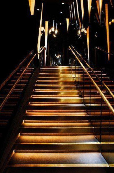 Лестница ночного клуба ночной клуб в кинотеатре октябрь