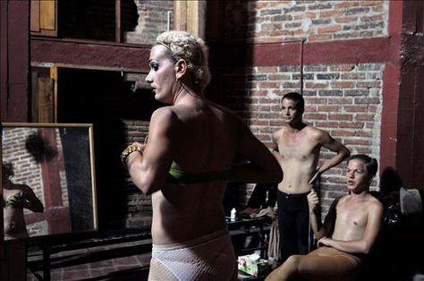 En fotos: Transformistas cubanos sacan su show a la calle por Día contra la Homofobia en Noticias24.com