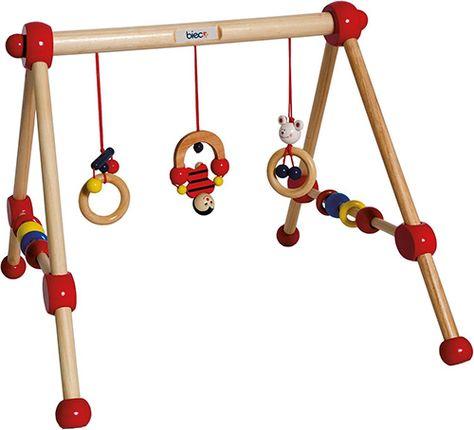Das My First Gym von Bieco ist ein Spieltrapez aus Holz, welches über die Krabbeldecke gesetzt werden kann.
