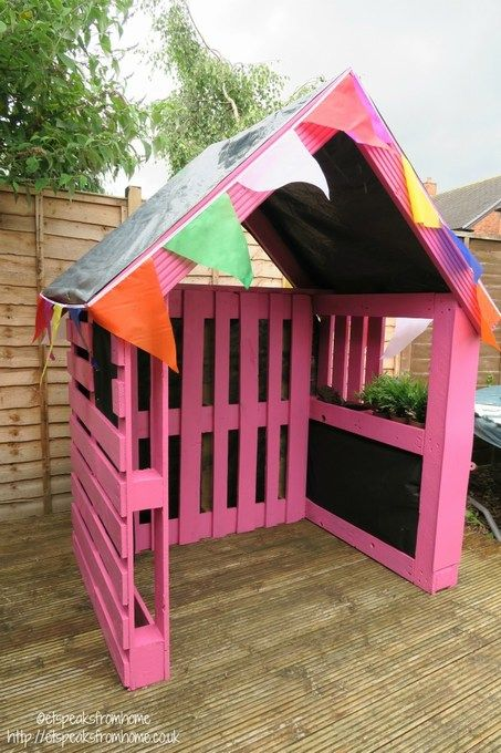 Want to learn how to build a Pallet Playhouse step by step? To build this house, I used just three pallets for the frame and the rest was decking. Backyard Fort, Backyard Playhouse, Backyard For Kids, Backyard Projects, Wood Projects, Simple Playhouse, Pallet Playhouse, Pallet Fort, Playhouse Furniture