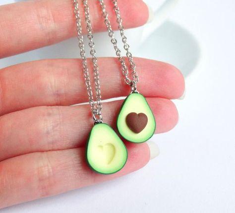 Suchen Sie eine nette und einzigartige FREUNDSCHAFTSKETTE zu teilen Sie Ihre Liebe für einander und die Avocado? Diese entzückende Ketten kommen als ein Satz von 2 Ketten mit 2 Anhängern; 1 mit Samen und eine ohne. Die Samen ist geformt wie ein kleines Herz, wie das Loch in die