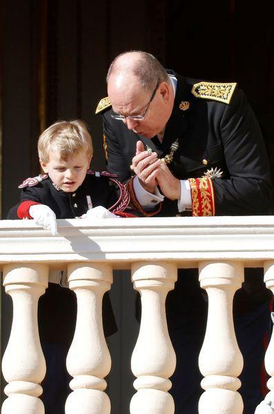 Le Prince Jacques En Uniforme La Princesse Gabriella Chapeautee