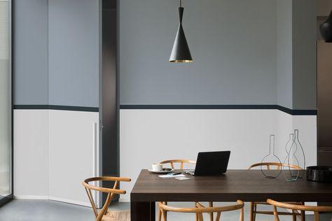 Mur bicolore bleu et blanc dégradé avec une frise horizontale noire