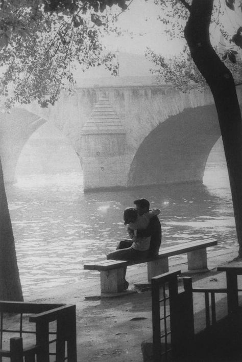 The moment we hugged. at Le Pont-Royal, Paris 1957 by Willy Ronis Willy Ronis, Henri Cartier Bresson, Robert Doisneau Photos, Vintage Photography, Street Photography, Urban Photography, Color Photography, Old Photos, Vintage Photos