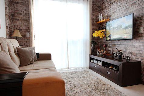A sala de estar da casa do nosso cliente Maciel, também é inspirada em um dos nossos ambientes, e o acabamento de tijolo a vista é um papel de parede superfofo e elegante :)