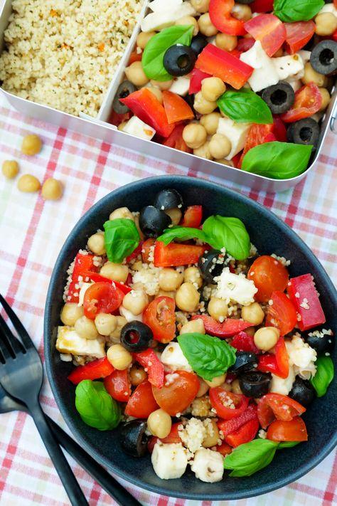 italienischer Couscous-Salat mit Kichererbsen, Tomaten, Oliven, Paprika und Honig-Senf-Dressing - ein schnelles und gesundes Mittagessen für die Lunchbox / Meal Prep Rezept - Gaumenfreundin Foodblog #mealprep #mealpreppen #gesund #vegetarisch
