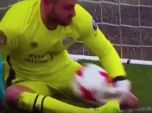 PSVのキーパーがボールをキャッチまさかの拾い上げる時にゴールラインを超えてオウンゴール