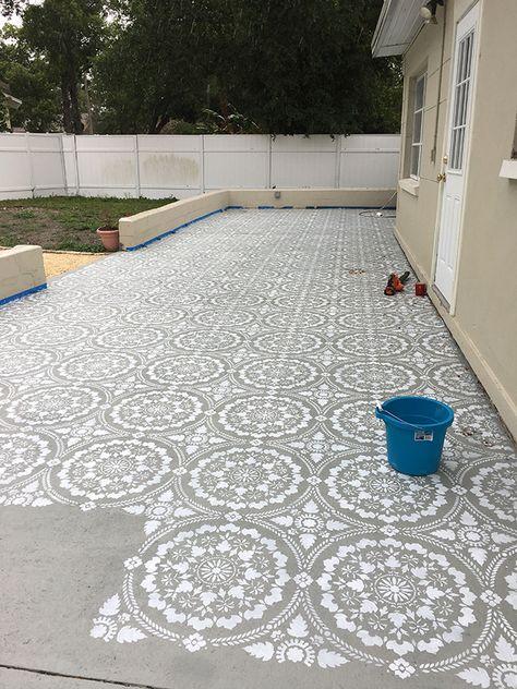 Stenciled Patio Makeover Tutorial – Back yard patio Backyard Patio Designs, Backyard Projects, Outdoor Projects, Backyard Landscaping, Home Projects, Diy Patio, Diy Backyard Ideas, Diy Backyard Fence, Landscaping Design