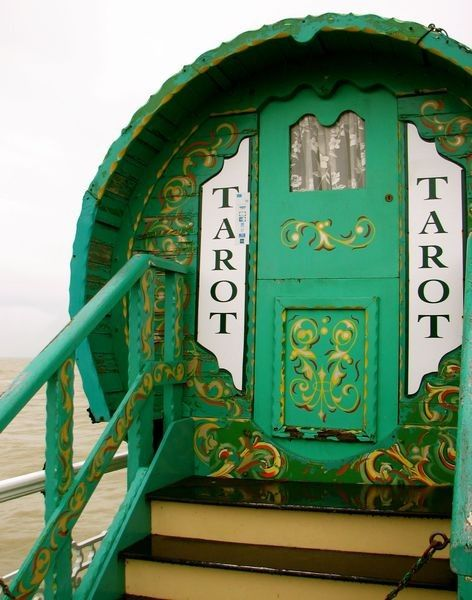 How cute is this little tarot shop! :)