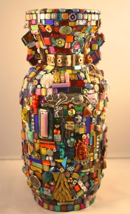11 Brillant Diy Mosaic Vases Ideas That Will Give A Touch Of Elegance by allisonn Mosaic Crafts, Mosaic Projects, Craft Projects, Craft Ideas, Mosaic Bottles, Mosaic Vase, Mosaic Designs, Mosaic Patterns, Mosaic Madness