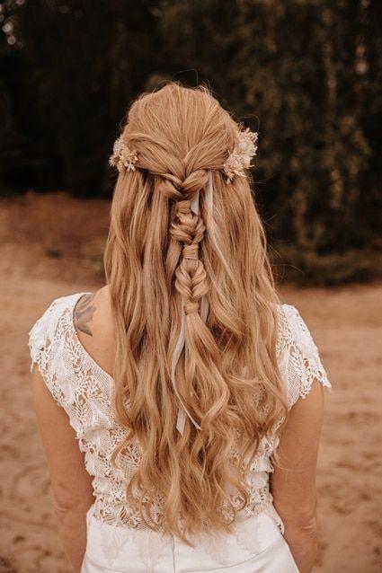 Gleichgeschlechtliche Strand Hochzeit Mit Den Fussen Im Sand Strandhochzeit Brautfrisur Hochzeit
