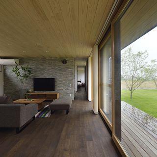 杉板張りの天井や タモのフローリングなど 木の質感が安らぎを与えて