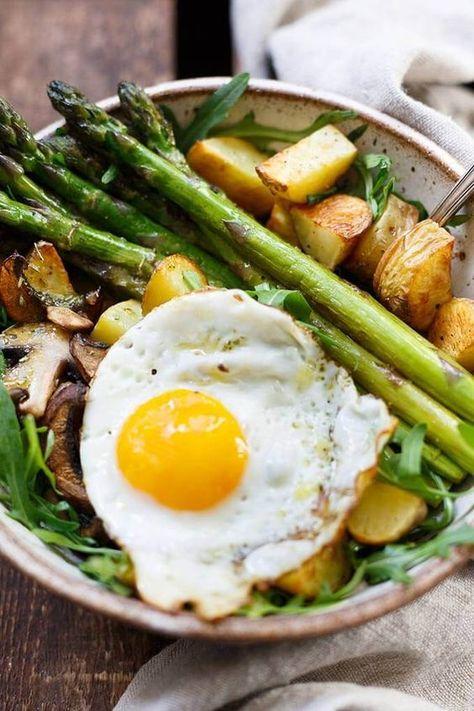 Die Kartoffel Spargel Power Bowl ist SO gut! Dieses einfache und gesunde Rezept schmeckt allen und ist perfekt für den Frühling! #fleischgerichte #gemüsegerichte