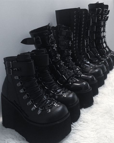 Three Comfortable and Fashionable Black Boots That I Couldn't Take off This Winter - Shoe Fashions Edgy Outfits, Mode Outfits, Grunge Outfits, Grunge Fashion, Gothic Fashion, Grunge Shoes, Steampunk Fashion, Emo Fashion, Indian Outfits
