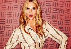 9-Jun-2015 11:38 - POPPY DELEVINGNE GAAT VOOR PLATINABLONDE ZOMER COUPE. Cara Delevingne kennen wij natuurlijk allemaal, maar soms wordt er vergeten dat er achter Cara nog een hele fashionable en stylish familie zit! Cara's oudere zus Poppy is een échte Britse it-girl die regelmatig model staat en ook hun moeder heeft flink wat modellenwerk op haar naam staan. Poppy, die in New York huisgenote is geweest van Sienna Miller, vond het tijd voor een nieuw kapsel. Iets dat beter past bij het...