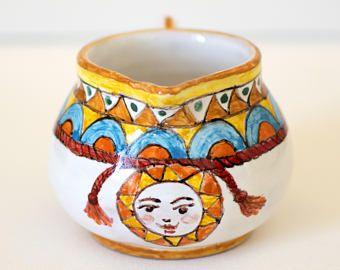 Quali sono le tecniche impiegate per decorare le piastrelle in ceramica? Vassoio Quadrato In Ceramica Con Decori Dei Carretti Siciliani Etsy Decorazione Tradizionale Ceramica Decorazioni