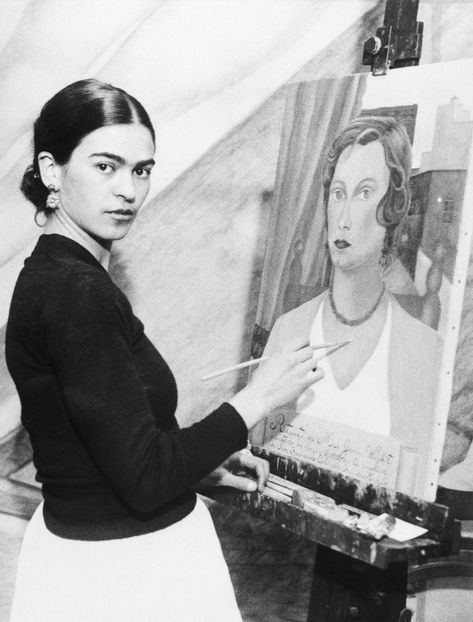 Painter Frida Kahlo was a Mexican self-portrait artist who was married to Diego Rivera and is still admired as a feminist icon. Frida E Diego, Frida Kahlo Diego Rivera, Harlem Renaissance, Fridah Kahlo, Kahlo Paintings, Tina Modotti, Feminist Icons, Mexican Artists, Artist At Work
