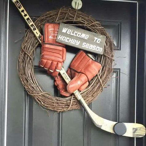 A cute hockey wreath. Perfect for hockey season! Hockey Crafts, Hockey Decor, Hockey Bedroom, Hockey Party, Hockey Birthday, Hockey Season, Hockey Mom, Hockey Stuff, Funny Hockey