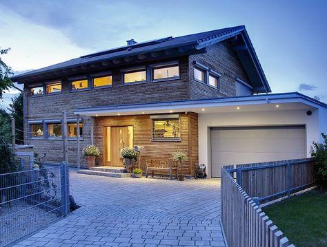 """Hier ist ein wunderschönes Landhaus von der Marke """"Sonnleitner"""" abgebildet, welches aus gefräster Lärche verkleidet ist."""