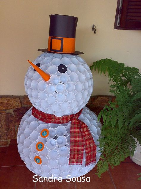 Bonhomme de neige avec des verres de plastique ou styromousse
