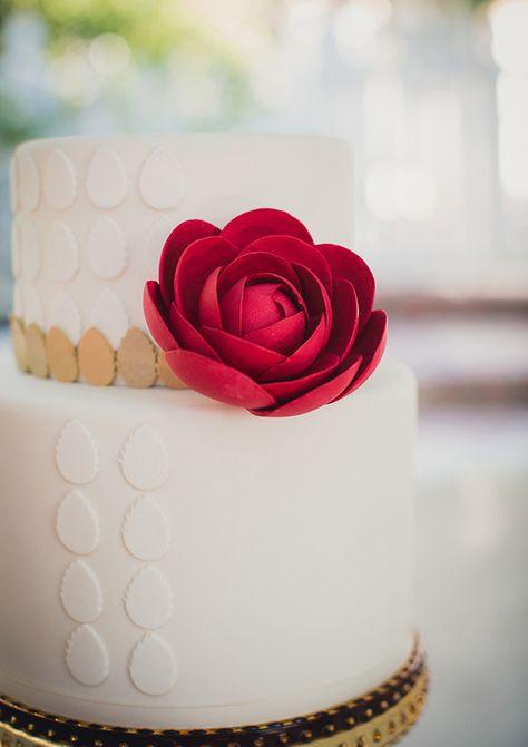 Modern white wedding cake inspiration | Charm CIty Cakes West | photo by Zoom Theory Photography | http://www.100layercake.com/blog/2013/07/19/modern-americana-wedding-inspiration/