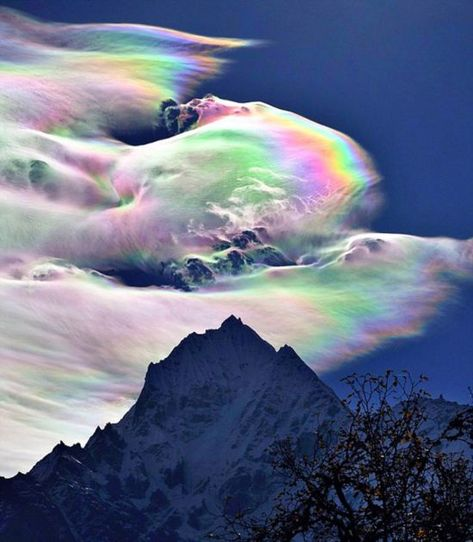 Hovering in the sky, this rainbow cloud over Mount Everest took an astonished astronomer by surprise. Oleg Bartunov, caught the spectacle on camera during a Himalayas expedition in Nepal. His two images show almost the whole spectrum of the. Mount Everest Deaths, Top Of Mount Everest, Beautiful Sky, Beautiful Landscapes, Beautiful World, Fire Rainbow, Rainbow Cloud, Mountain Pictures, Image Nature