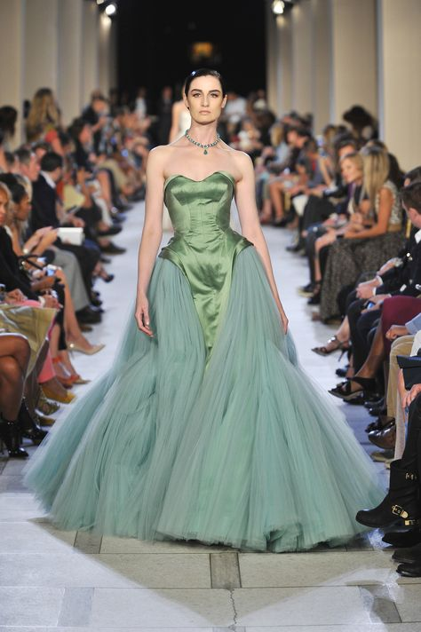 erin o'connor in zac posen green. Lovely Dresses, Modest Dresses, Prom Dresses, Formal Dresses, Zac Posen, Couture Dresses, Fashion Dresses, Runway Fashion, Couture Fashion
