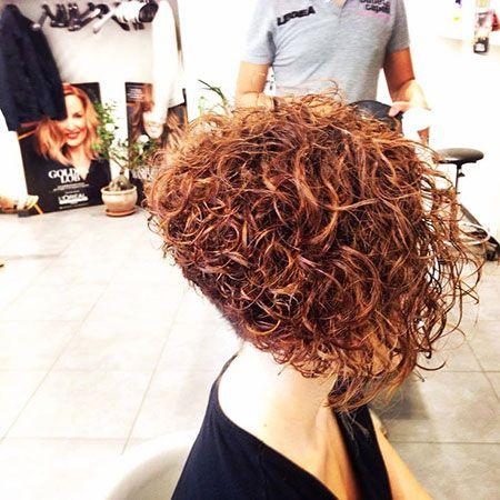 20 Kurze Bob Frisuren Fur Lockiges Haar Madame Friisuren In 2020 Frisuren Fur Lockiges Haar Frisur Naturkrause Lockige Haare