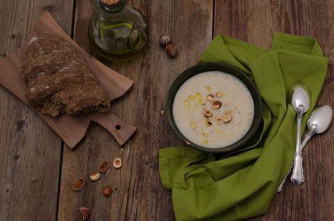 Il topinambur è un ortaggio, dal gusto delicato che ricorda il sapore della patata e dei carciofi. E' un tubero ricco di proprietà benefiche, di vitamine, è ideale per coloro che soffrono di celiachia in quanto privo di glutine. Si può consumare crudo per arricchire le insalate, oppure cotto. La crema che vi propongo è a base di topinambur cotto nel latte di soia ed arricchito dalle nocciole. Alla crema di topinambur ho aggiunto le nocciole tostate e tritate grossolanamente: in questo modo…