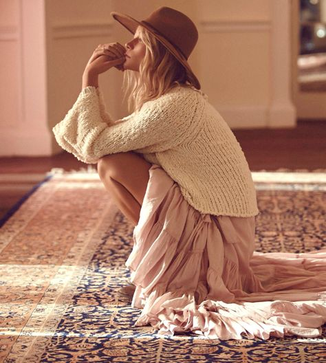 Volants girly rose thé + maille loose + chapeau unisexe = le bon mix (photo Free People)