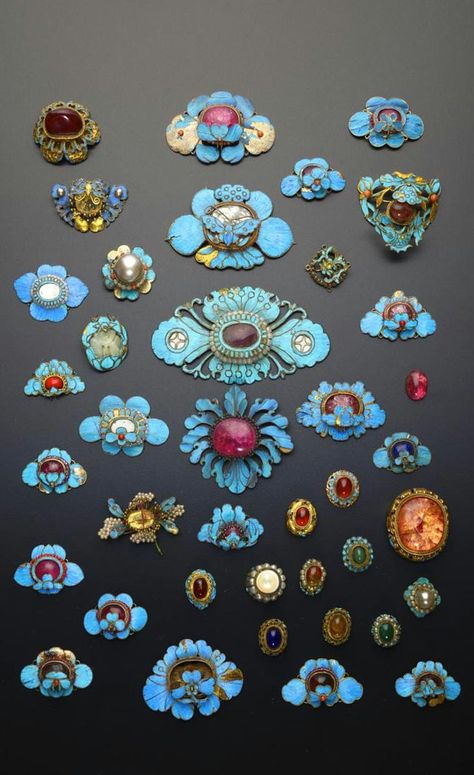China | Collection of gilt metal and Kingfisher feather appliques; formed as flowerheads and butterflies, mounted with coloured cabochons and other stones, 9.2cm max | Qing Dynasty | 4'000£ ~ sold (May '15)