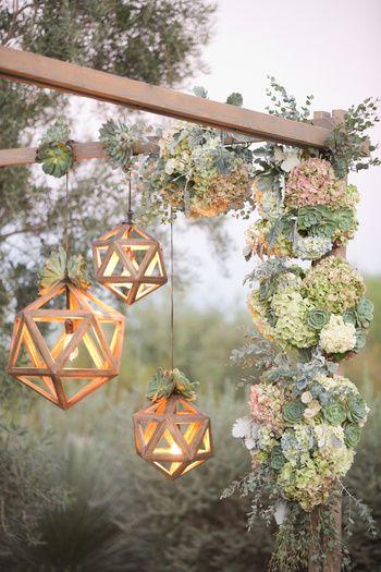 夜のパーティーなら、明かりの飾り方も工夫しましょう。木のぬくもりを感じる照明を草花とともに飾りつければ、とってもナチュラルな雰囲気に。
