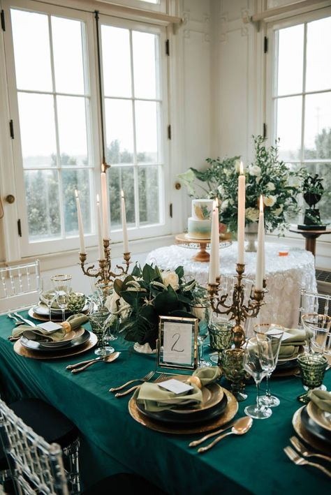 Inspired by the this bold emerald styled shoot is the perfect mix of luxurious and dramatic details. See it all on Nashville Bride Guide! Green Wedding Decorations, Green Centerpieces, Wedding Centerpieces, Wedding Ideas Green, Emerald Green Weddings, Emerald Wedding Theme, Blue Wedding, Wedding Reception Design, Reception Table