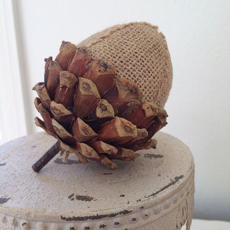 diy fall decor Fall Decorating with Acorns {Three Styles} Acorn Crafts, Pine Cone Crafts, Burlap Crafts, Diy Crafts, Rustic Fall Decor, Fall Home Decor, Autumn Home, Burlap Fall Decor, Autumn Crafts
