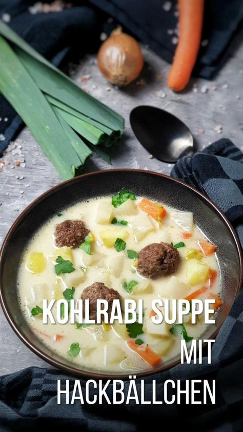 Der herzhafte Kohlrabi Suppentopf mit Hackbällchen sorgt für ein wohlig sattes Bauchgefühl und bietet sich nicht nur als Mittagsgericht an, sondern schmeckt auch am Abend. Ein einfaches Low Carb Gericht für die ganze Familie das unkompliziert und schnell gemacht ist. Diese Kombination aus Kohlrabi und Hackfleisch ist der Beweis, wie lecker die Low Carb Küche sein kann. #lowcarb #kohlrabi #suppe #eintopf #einfach #günstig #rezept