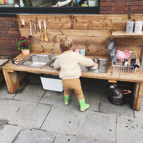 Outdoor-Küche für Kinder in Holzgerüsten Marie-Hélène-Gefecht # Battel # Ou. Outdoor kitchen for children in wooden scaffolding Marie-Hélène battle # Battel # Outdoor kitchen # Kids # Mariehélène # scaffolding wood