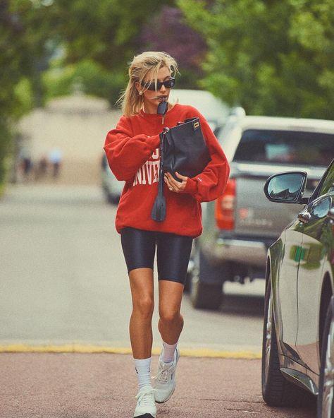 Moletom e bermuda ciclista: o editorial da Vogue Paris com Hailey Bieber relembra o estilo esportivo de Lady Di Estilo Hailey Baldwin, Hailey Baldwin Vogue, Hailey Baldwin Style, Hayley Baldwin, Vogue Paris, Socks Outfit, Accesorios Casual, Cooler Look, Paris Mode