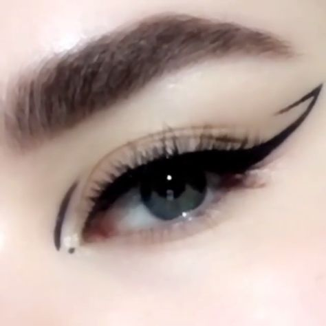 Video Tutorial: WINGED cat eye makeup look how-to using the Pat McGrath Labs 'Perma Precision Liquid Eyeliner'. This saturated formulation glides across the lid in obsidian velvet, with a soft, Flexi-Art tip that offers control for elegant contours and pristine definition. Available now on PATMcGRATH.COM. #makeuptutorial #eyemakeuphowto #videotutorial