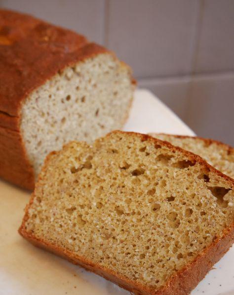 Les pains sans gluten sont difficiles à maîtriser [ et il faut faire le deuil d'une texture totalement équivalente à un pain «normal» ] – très souvent je me suis retrouvée avec des parpaings en guise de petit déjeuner ! Du coup l'idée de «mixer» un pain et un gâteau …