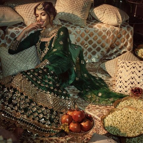 Gorgeous Green Bridal Lehenga Check this green bridal lehenga out if you want to try something different on your wedding! Indian Bridal Outfits, Pakistani Bridal Dresses, Indian Designer Outfits, Wedding Lehnga, Indian Bridal Lehenga, Bridal Looks, Bridal Style, Green Lehenga, Lehenga Choli