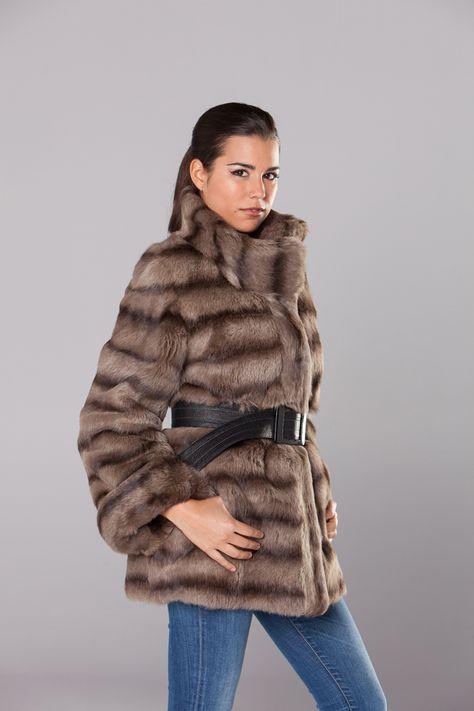 5481b818b16 Chaqueta realizada en piel de conejo de pelo largo