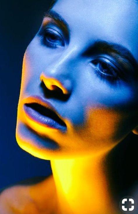 Dual tone Porträt Fotografie Gelb Blau Neonlicht Foto Studio kreativ Licht Inspiration