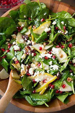Foglie di #spinaci con pera, noci tritate grossolanamente, #melograno e formaggio feta per darle un sapore deciso